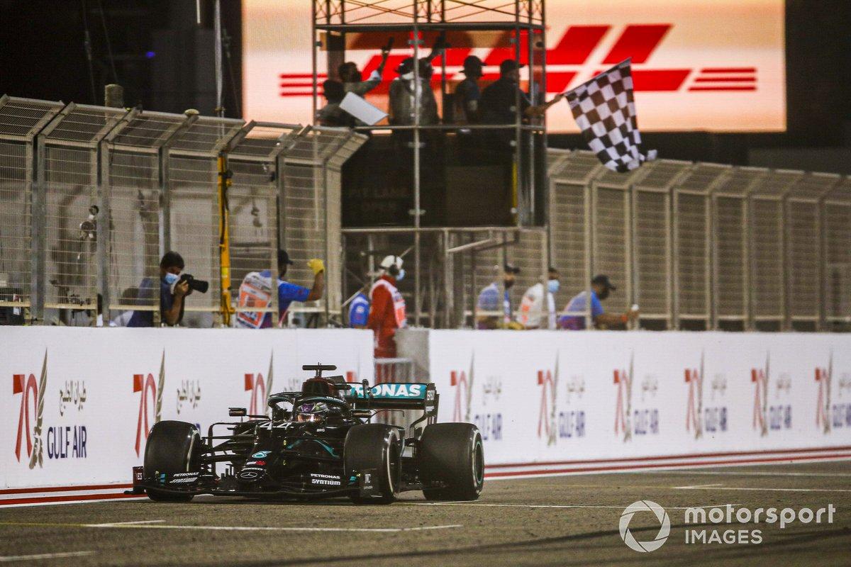 Rennsieger Lewis Hamilton, Mercedes F1 W11 überquert die Ziellinie