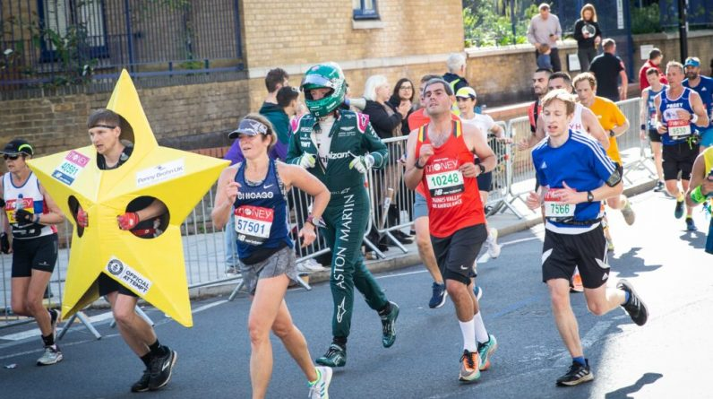 F1 - He competes in the London Marathon wearing Lance Stroll's wetsuit and helmet